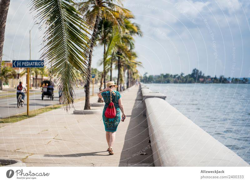 Mittagssonne am Malecón von Cienfuegos Ferien & Urlaub & Reisen Junge Frau Sommer Stadt rot Einsamkeit Wolken ruhig Reisefotografie Straße Küste Mauer leer