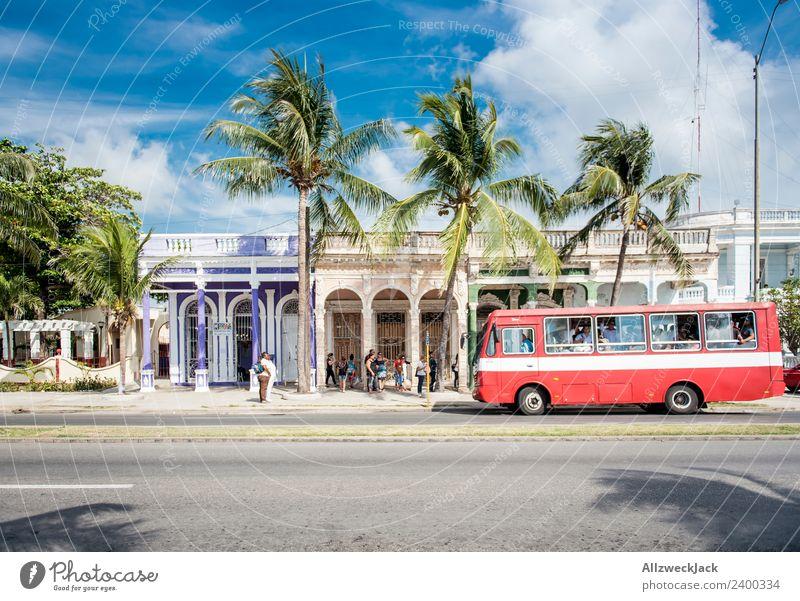 Personennahverkehr auf den Straßen von Cienfuegos Kuba Ferien & Urlaub & Reisen Reisefotografie Stadt Menschenleer Oldtimer Bus parken PKW Sommer Blauer Himmel