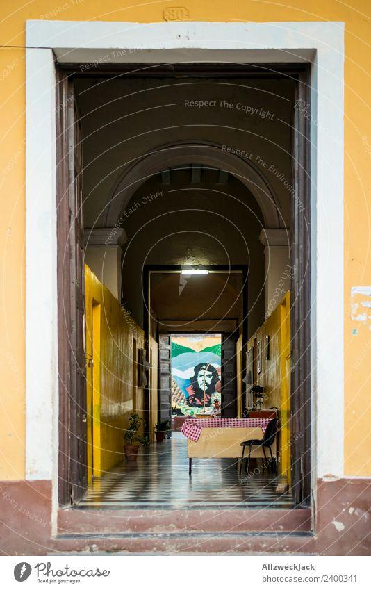 Eingang und Hausflur mit Che Guevara Bild Ferien & Urlaub & Reisen Reisefotografie Fassade Wohnhaus Fernweh Kuba Flur Held bemalt Durchgang Patriotismus