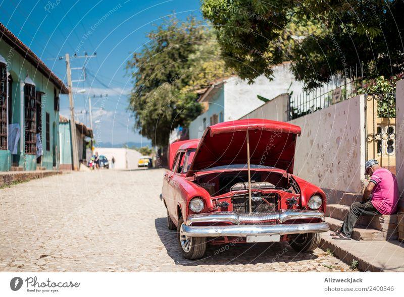 Mann repariert sein Oldtimer am Straßenrand Ferien & Urlaub & Reisen Sommer rot Reisefotografie Wärme PKW sitzen kaputt Fernweh Kuba Werkstatt Blauer Himmel KFZ