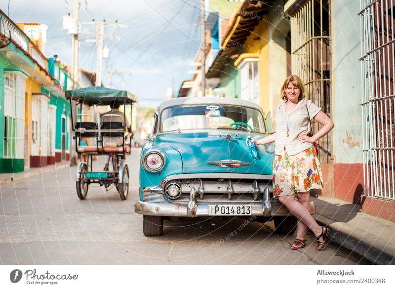 junge Frau posiert am Oldtimer in Trinidad Ferien & Urlaub & Reisen Junge Frau Sommer Reisefotografie Straße Wärme PKW stehen Körperhaltung Fernweh Kuba
