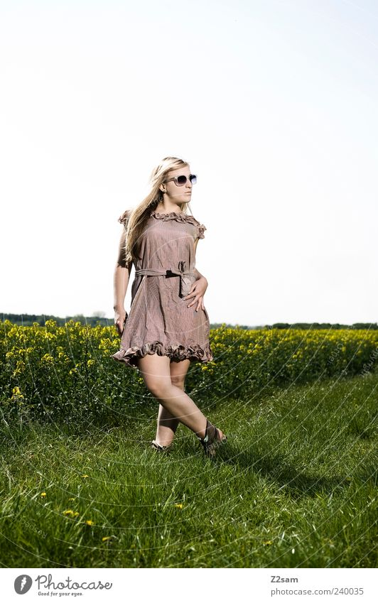 naturmädl Lifestyle Stil Freizeit & Hobby feminin Junge Frau Jugendliche 1 Mensch 18-30 Jahre Erwachsene Natur Landschaft Sonnenlicht Sommer Blume Wiese Feld