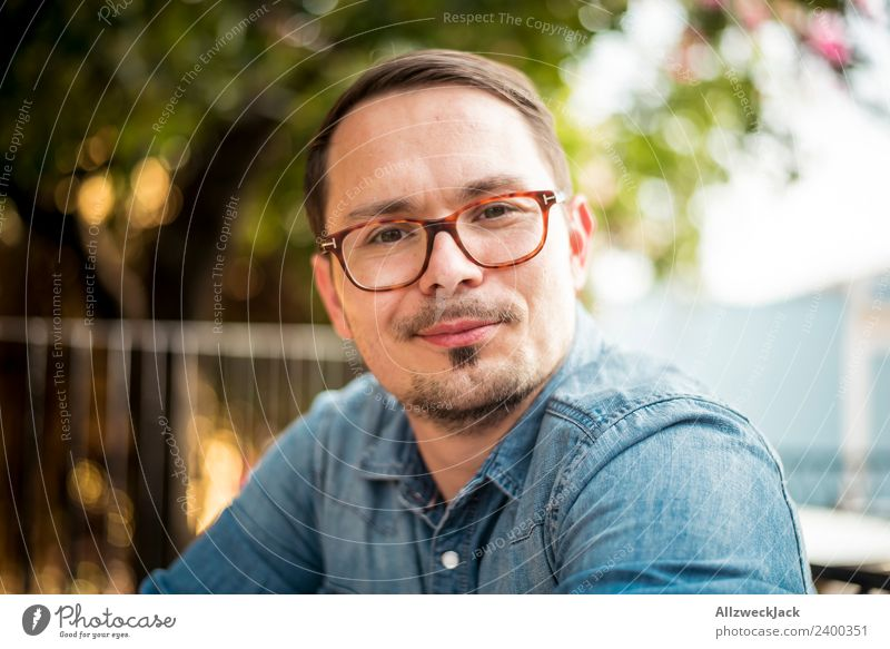 Portrait junger Mann mit Brille Tag Außenaufnahme Porträt 1 Mensch Junger Mann Brillenträger Bart Oberlippenbart Kurzhaarschnitt Blick in die Kamera positiv