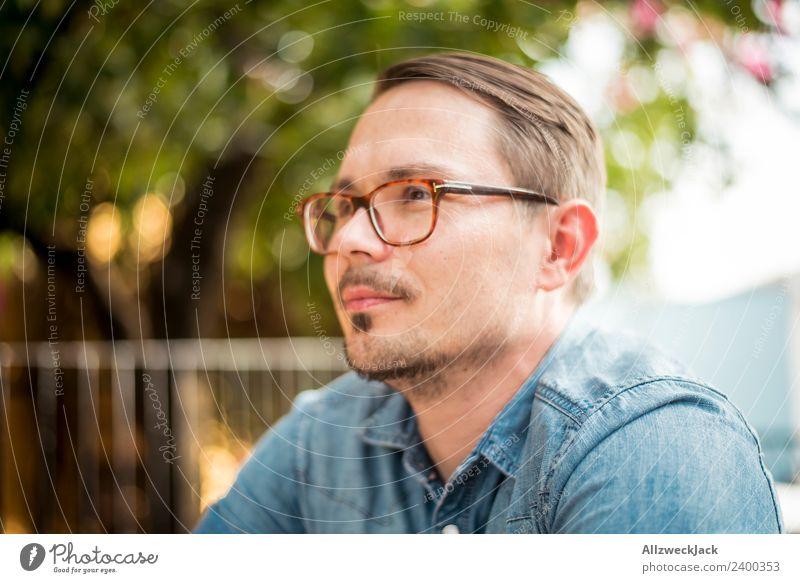 Portrait junger Mann mit Brille Tag Außenaufnahme Porträt 1 Mensch Junger Mann Brillenträger Bart Oberlippenbart Kurzhaarschnitt Blick nach vorn positiv