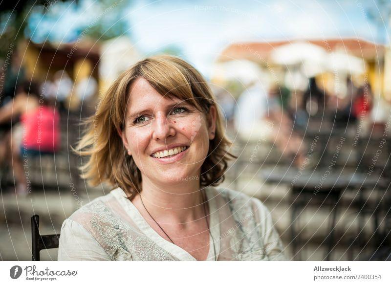 junge Frau glücklich mit Wind im Haar Tag Außenaufnahme Porträt 1 Mensch Junge Frau blond mittellang schulterlang Blick nach vorn positiv Fröhlichkeit Glück