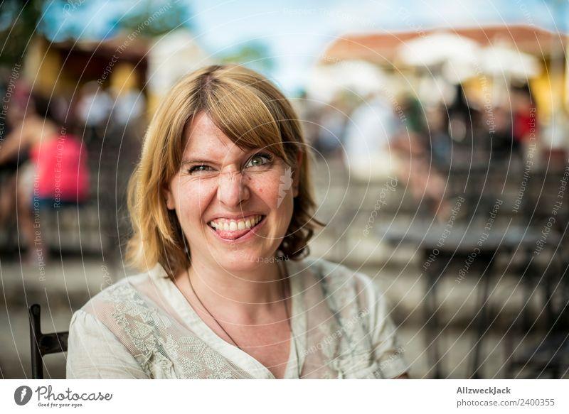 Portrait von einer jungen Frau mit Fratze Tag Außenaufnahme Porträt 1 Mensch Junge Frau blond mittellang schulterlang Blick in die Kamera positiv Fröhlichkeit