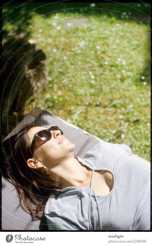 baby you can drive my car Mensch schön ruhig Erwachsene Gesicht Erholung feminin Kopf Zufriedenheit liegen Coolness Pause heiß fantastisch brünett Sonnenbad