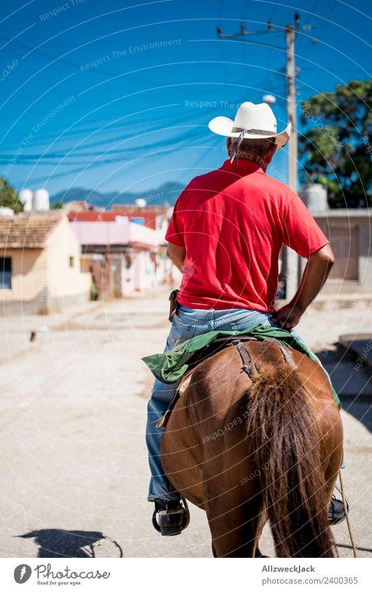 Mann auf einem Pferd reitet durch Trinidad in Kuba Ferien & Urlaub & Reisen alt Sommer Sonne Tier Reisefotografie Straße Wärme retro historisch Tiefenschärfe