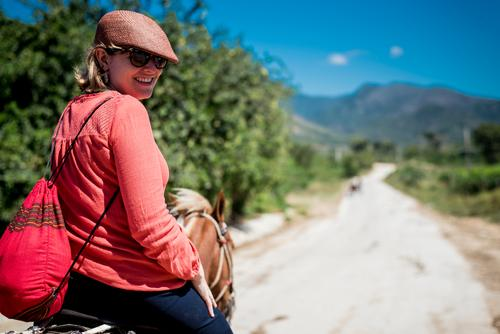 junge Frau mit Hut reitet auf Pferd durch die Natur in Trinidad Ferien & Urlaub & Reisen alt Junge Frau Sommer Sonne Tier Reisefotografie Straße Wärme retro