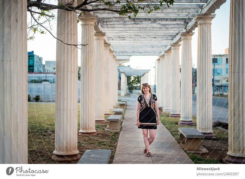 Junge Frau mit Kleid zwischen Säulen Kuba Havanna Insel Ferien & Urlaub & Reisen Reisefotografie Sonnenuntergang Sommer Schönes Wetter Sonnenbrille Brise