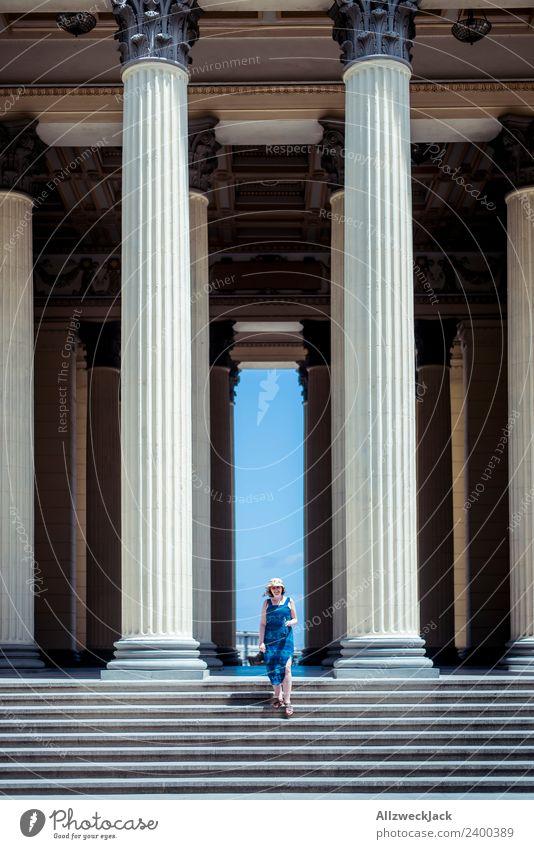 Junge Frau mit Kleid und Hut zwischen Säulen Kuba Havanna Insel Studium Treppe Ferien & Urlaub & Reisen Reisefotografie Sommer Schönes Wetter Wolkenloser Himmel