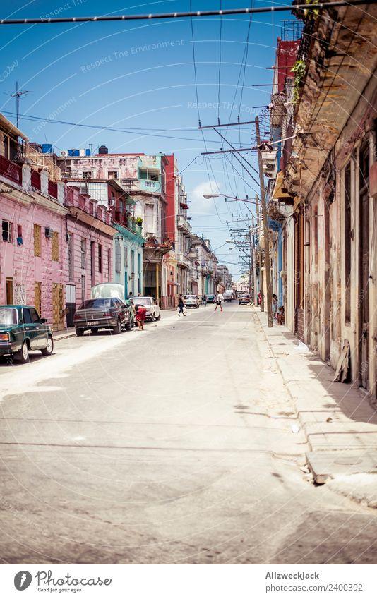Die Straßen von Havanna Kuba Sozialismus Zeitreise Wohnhaus Sommer Sonne Blauer Himmel parken PKW Ferien & Urlaub & Reisen Reisefotografie Sightseeing Ausflug