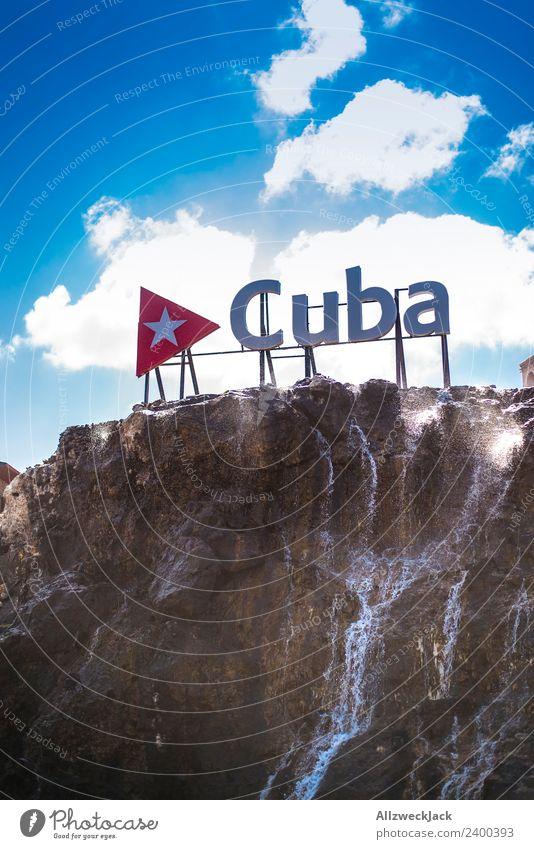 Cuba Schriftzug in Havana Kuba Havanna Schönes Wetter Wolken Sommer Sonne Buchstaben Schriftzeichen Typographie Felsen Wasser Reisefotografie