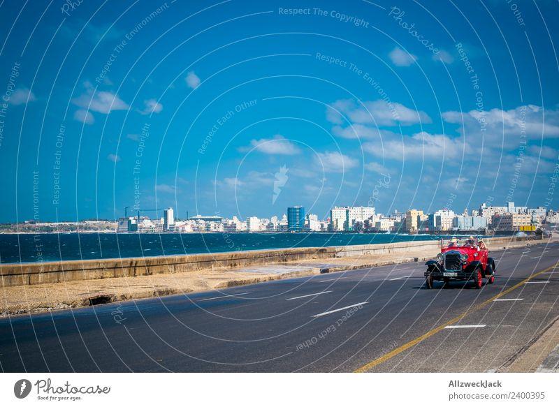 Oldtimer auf dem Malecon in Havanna Tag Sommer Blauer Himmel Kuba El Malecón Meer Wasser PKW Zeitreise Promenade Küste Skyline Wolken Ferien & Urlaub & Reisen