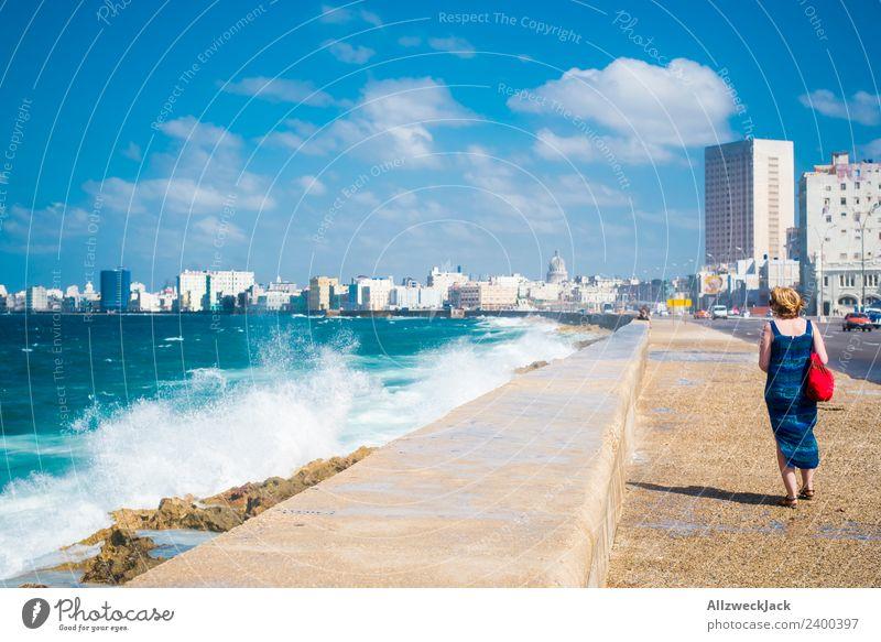 Frau mit blauem Kleid und Hut am Malecon in Havanna Tag Sommer Blauer Himmel Kuba El Malecón Meer Wasser Wellen Gischt Promenade Küste Skyline Wolken