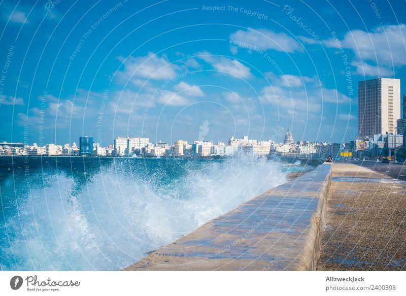 Skyline und Gischt am Malecon in Havanna Tag Sommer Blauer Himmel Kuba El Malecón Meer Wasser Wellen Promenade Küste Haus Wolken Ferien & Urlaub & Reisen