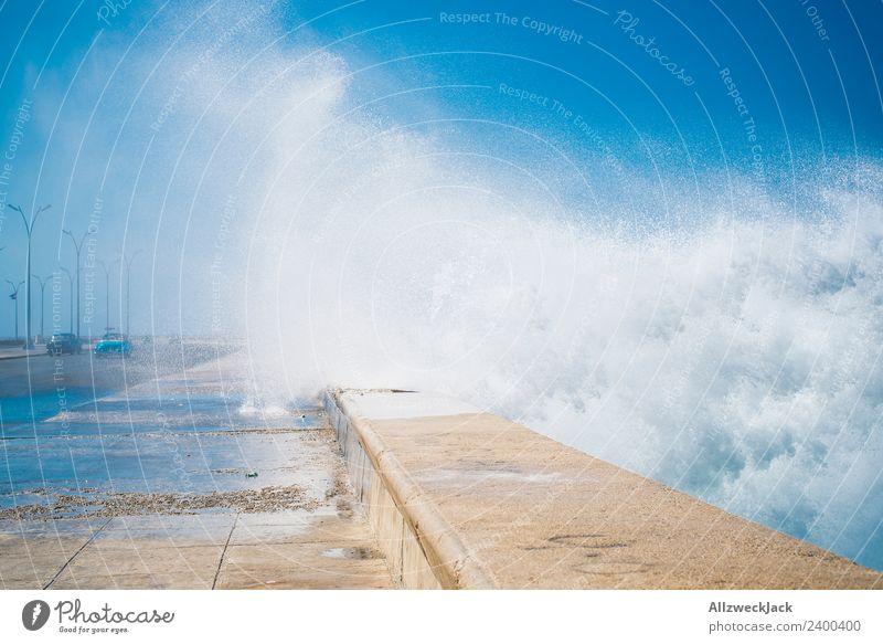 Gischt am Malecon in Havanna Tag Sommer Blauer Himmel Kuba El Malecón Meer Wasser Wellen Promenade Küste Skyline Wolken Ferien & Urlaub & Reisen Reisefotografie