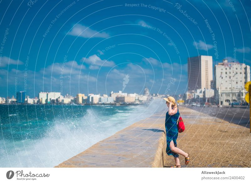 Frau mit blauem Kleid und Hut am Malecon in Havanna Ferien & Urlaub & Reisen Junge Frau Sommer Wasser Meer Wolken Ferne Reisefotografie Straße Küste feminin
