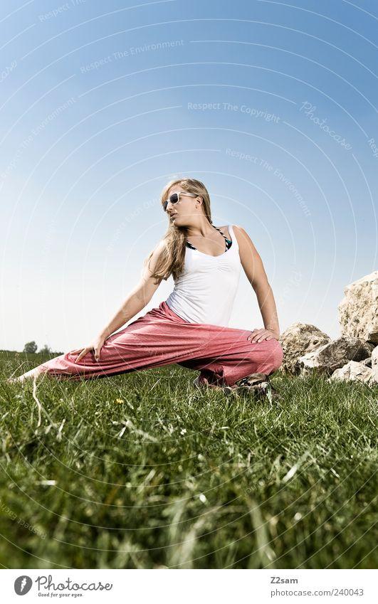stretch II Mensch Natur Jugendliche Sommer Erwachsene Erholung Wiese feminin Stil Gesundheit Junge Frau blond Kraft Freizeit & Hobby 18-30 Jahre Lifestyle