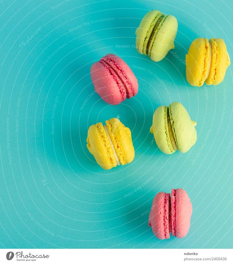 mehrfarbiges Gebäck mit Mandelmehl Dessert Süßwaren Essen hell blau gelb grün rosa Farbe Macaron Pastell Hintergrund Lebensmittel farbenfroh Vanille Französisch