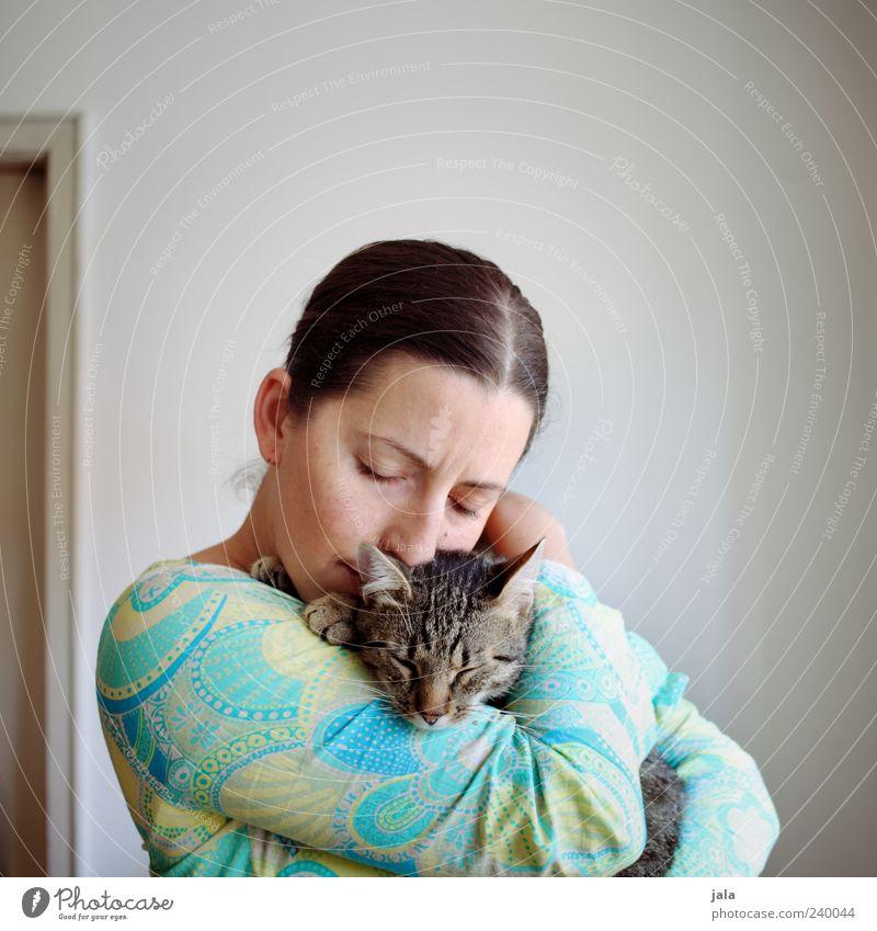 luv Katze Mensch Frau Tier Erwachsene feminin Freundschaft Zusammensein Warmherzigkeit genießen Haustier Geborgenheit Sympathie geschlossene Augen Kuscheln