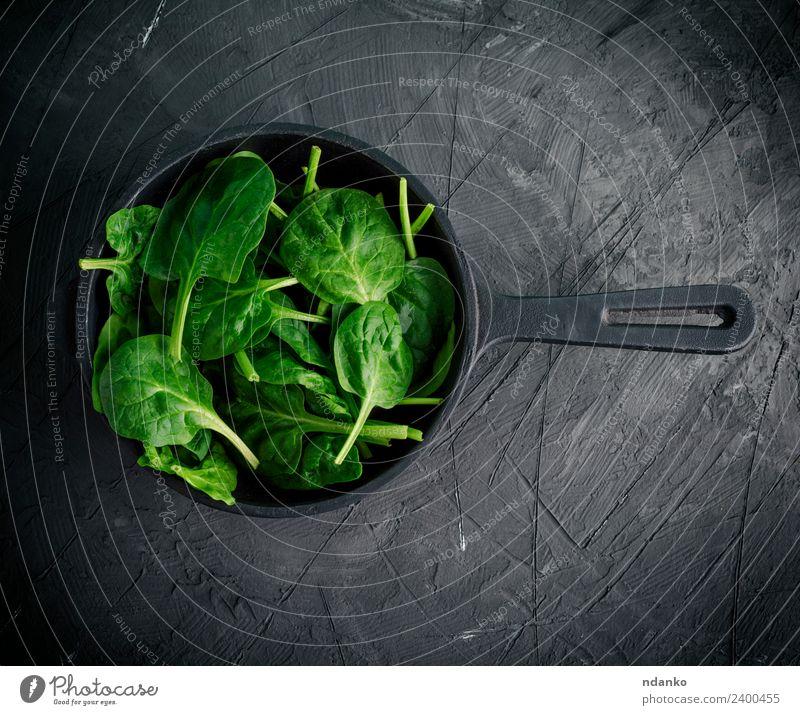 grüne Blätter in einer schwarzen runden Bratpfanne Gemüse Salat Salatbeilage Kräuter & Gewürze Ernährung Vegetarische Ernährung Diät Pfanne Gesunde Ernährung