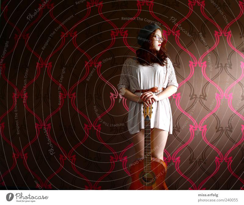 Muss nur noch kurz die Welt rocken Jugendliche schön weiß rot Junge Frau feminin Traurigkeit Gefühle braun rosa Musik elegant Lifestyle stehen bedrohlich