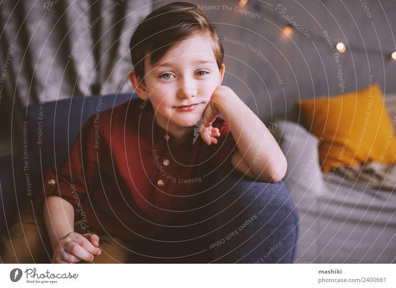 süsses glückliches Kind Junge Junge Porträt Lifestyle Freude Wohnung Kleinkind 3-8 Jahre Kindheit genießen Lächeln niedlich lustig sitzen Blick stylisch