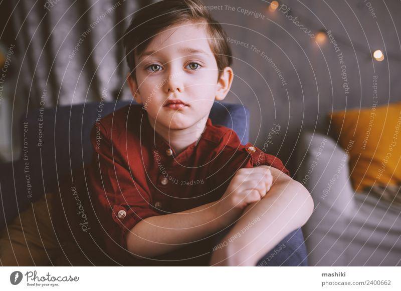 süßes trauriges Kind Junge Bube Porträt Kleinkind 3-8 Jahre Kindheit Gefühle Stimmung Blick Traurigkeit Gedanke Kindheitstraum heimwärts niedlich klein Farbfoto