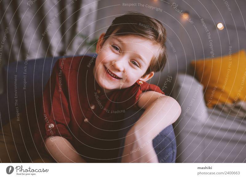 fröhlich niedlich stilvoll Junge Innenporträt Lifestyle Freude Mensch Kind Kleinkind 3-8 Jahre Kindheit genießen Lächeln lachen Stil Familie & Verwandtschaft