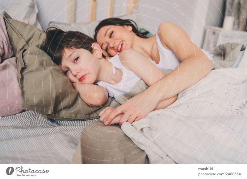 Mutter und Kind Sohn schlafen zusammen im Bett Lifestyle Erholung Schlafzimmer Kleinkind Junge Eltern Erwachsene Familie & Verwandtschaft Kindheit Lächeln Liebe