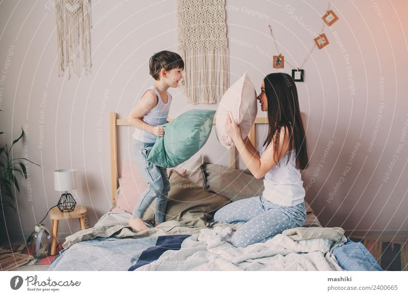 glückliche Mutter und Kind Sohn spielt Kissenschlacht Lifestyle Leben Erholung Schlafzimmer Kleinkind Junge Eltern Erwachsene Familie & Verwandtschaft Kindheit