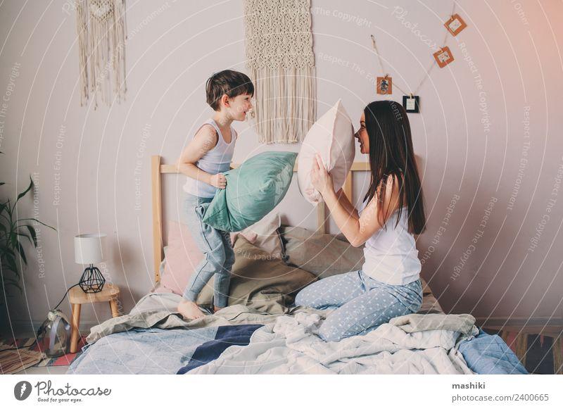 Kind Erholung Erwachsene Lifestyle Leben Liebe Gefühle Familie & Verwandtschaft lachen Junge Zusammensein Kindheit Lächeln verrückt Mutter Kleinkind