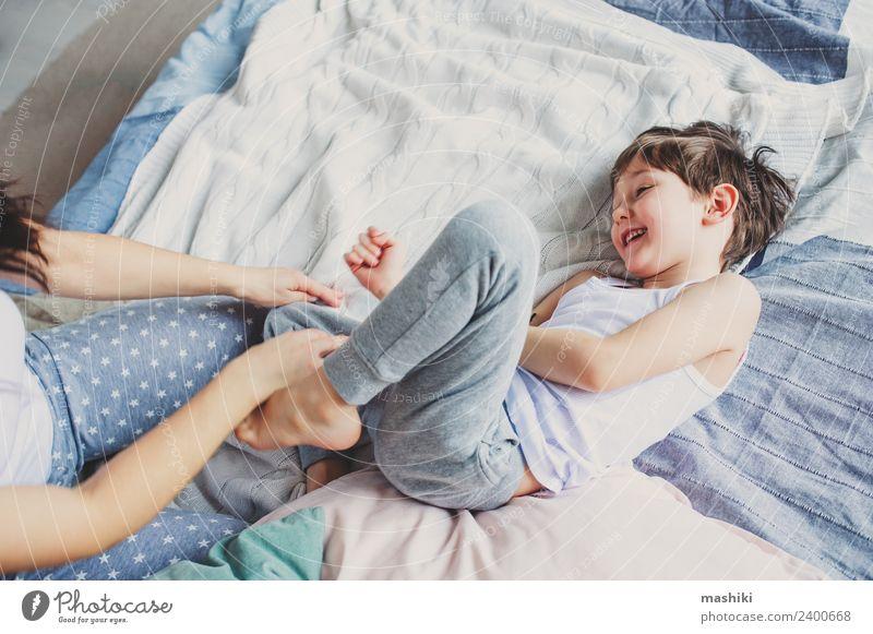 glückliche Mutter und Kind Sohn täuschend und spielend Lifestyle Freude Leben Erholung Schlafzimmer Junge Eltern Erwachsene Familie & Verwandtschaft Kindheit