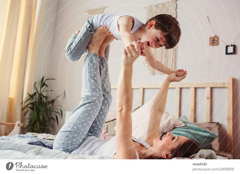 glückliche Mutter und Kind Sohn täuschend Lifestyle Freude Leben Erholung Schlafzimmer Kleinkind Junge Eltern Erwachsene Familie & Verwandtschaft Kindheit