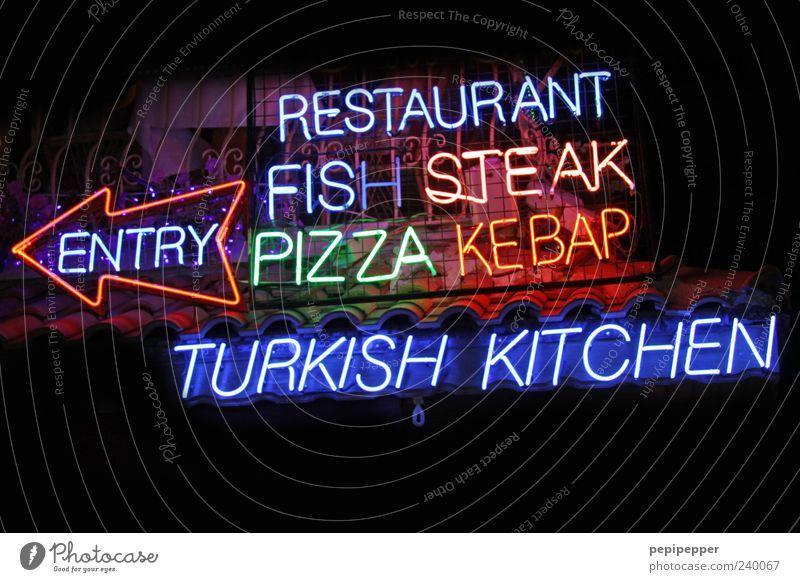 mahlzeit Fisch Ernährung Fastfood Restaurant Schriftzeichen Pfeil leuchten mehrfarbig Außenaufnahme Detailaufnahme Nacht Licht Lichterscheinung