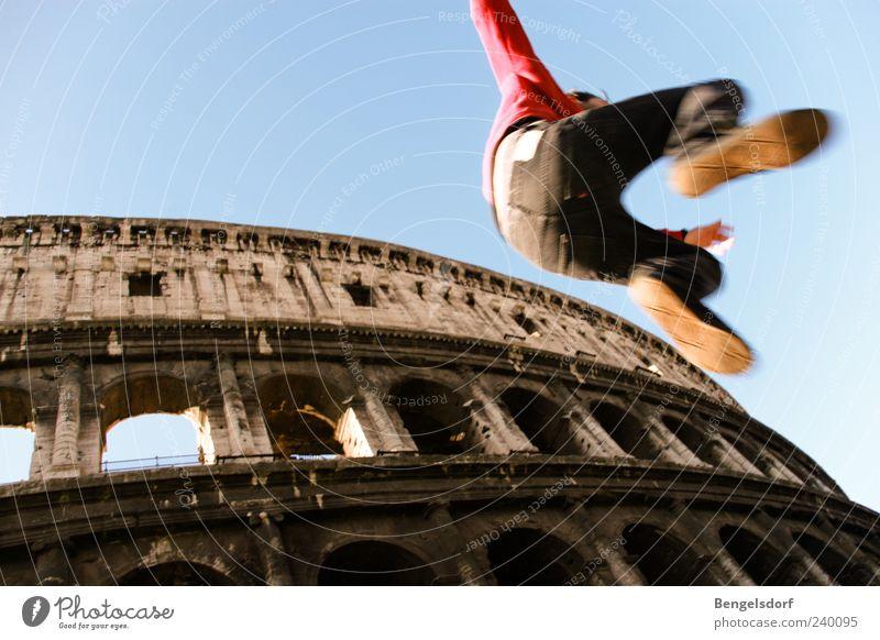 Städte-Hopping Freizeit & Hobby Junger Mann Jugendliche Beine Fuß 1 Mensch Sehenswürdigkeit Wahrzeichen Kolosseum Bewegung springen Italien Rom