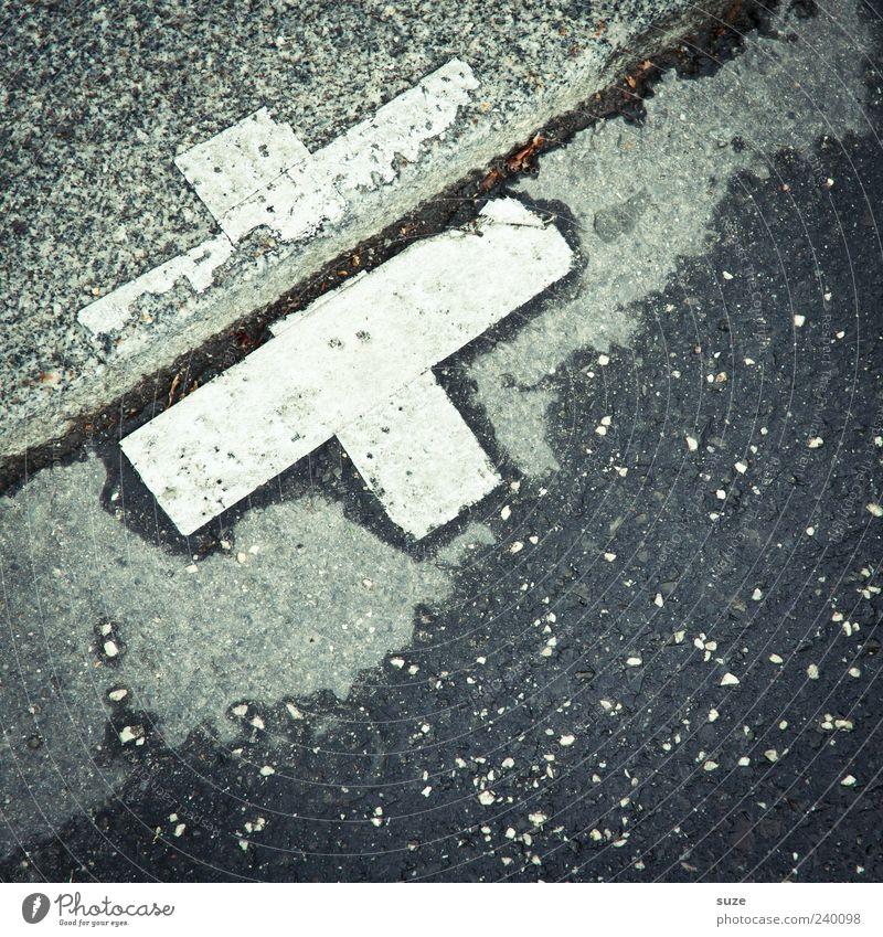 Straßenpflaster Lifestyle Stil Design Umwelt Stein Zeichen dreckig nass trashig grau weiß Asphalt diagonal Symbole & Metaphern Heftpflaster Klebeband