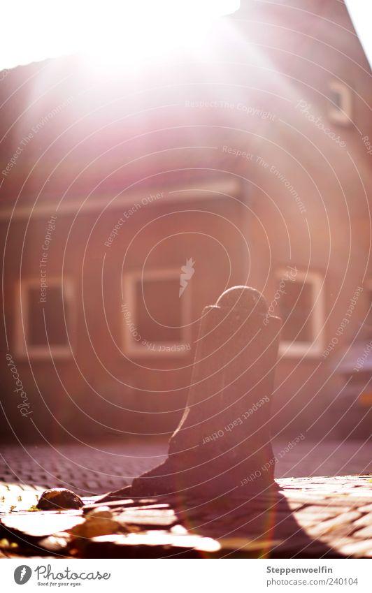 Pfosten im Gegenlicht Menschenleer Haus Stein alt heiß hell gelb grau rot Farbfoto Außenaufnahme Tag Reflexion & Spiegelung Sonnenlicht Sonnenstrahlen Unschärfe
