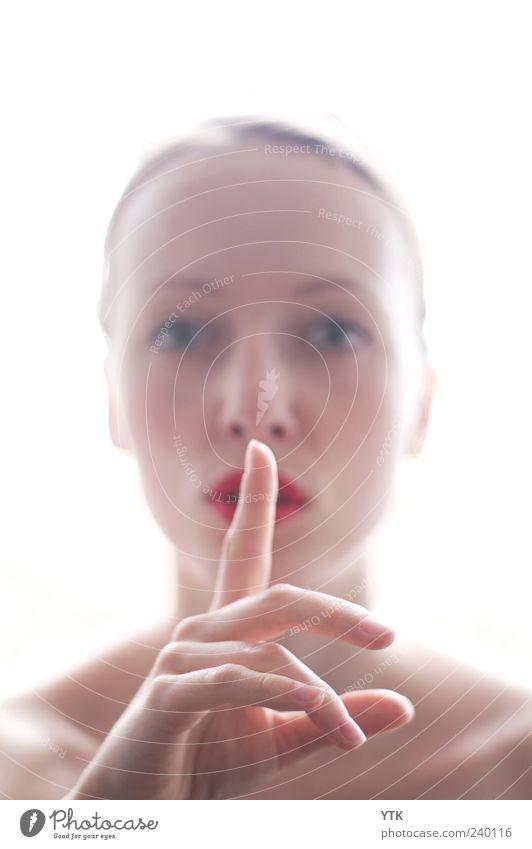 Hush! Mensch Frau Jugendliche Hand ruhig Gesicht Erwachsene feminin Kopf hell Junge Frau Mund 18-30 Jahre Finger geheimnisvoll Kontrolle