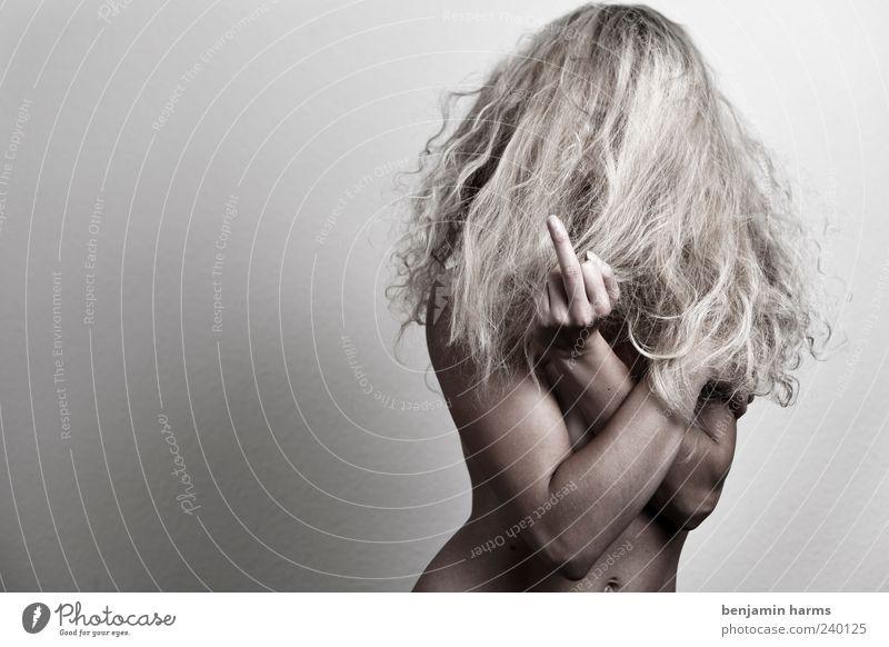 Fuck Off Mensch feminin Junge Frau Jugendliche Erwachsene Finger Mittelfinger 1 18-30 Jahre blond Locken Kommunizieren stehen Aggression frech nackt rebellisch