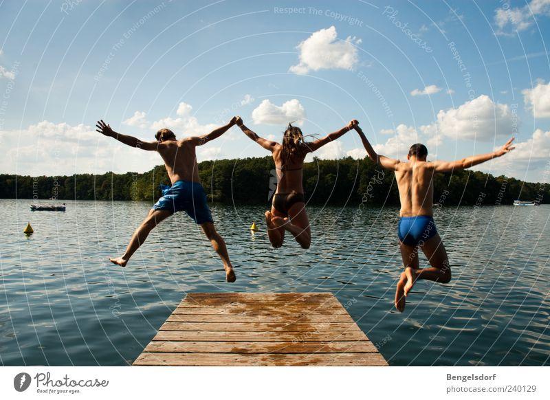 Dreierkombination Mensch Himmel Natur Jugendliche blau Wasser Ferien & Urlaub & Reisen Sommer Wolken Spielen Freiheit springen See Freundschaft Junge Frau Zusammensein