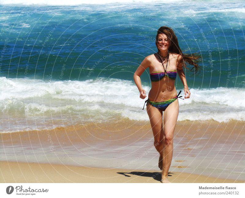 Sonne, Strand und mehr I Mensch Jugendliche Ferien & Urlaub & Reisen Wasser Sommer Meer Junge Frau Freude Strand 18-30 Jahre Erwachsene feminin Freiheit Schwimmen & Baden Glück Sand