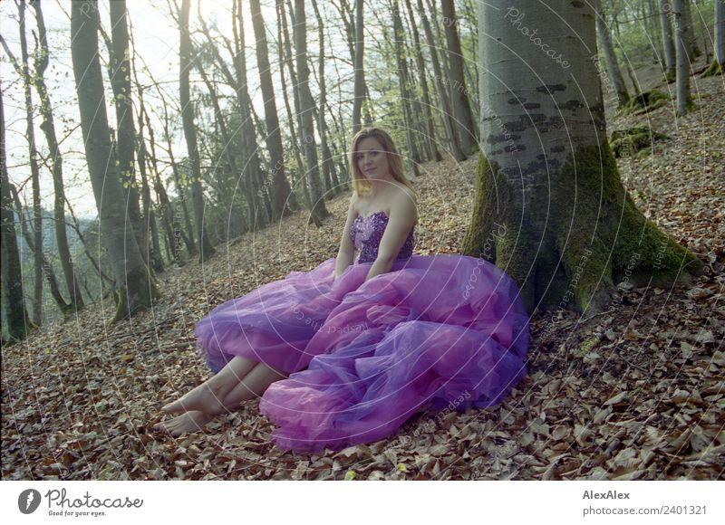 Fee in lila Brautkleid im Wald 6 - Lila Laune Waldfee Natur Jugendliche Junge Frau Sommer Stadt schön Baum Erholung Freude 18-30 Jahre Erwachsene Lifestyle