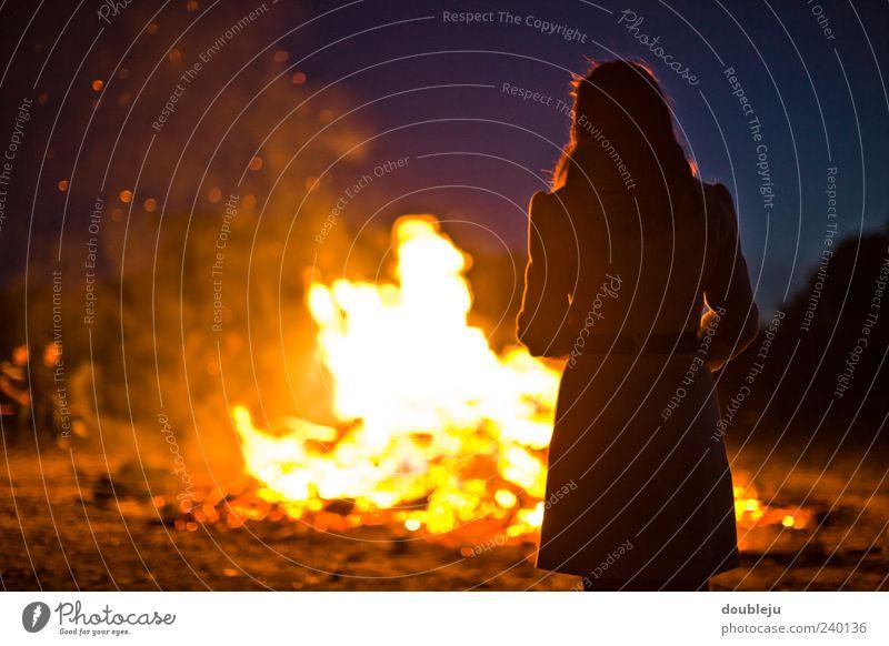 feuerstelle Feuer Wärme Licht Holz brennen Feuerstelle johannisfeuer Sommer Sommersonnenwende Frau Dame Kleid Silhouette Mensch Zusammensein Nacht dunkel
