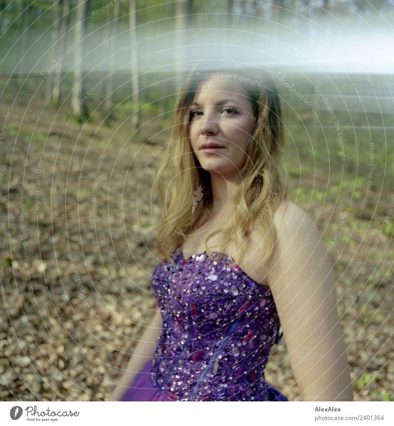 Fee in lila Brautkleid im Wald 7 - Lila Laune Waldfee elegant Stil schön Sommer Junge Frau Jugendliche 18-30 Jahre Erwachsene Natur Landschaft Schönes Wetter