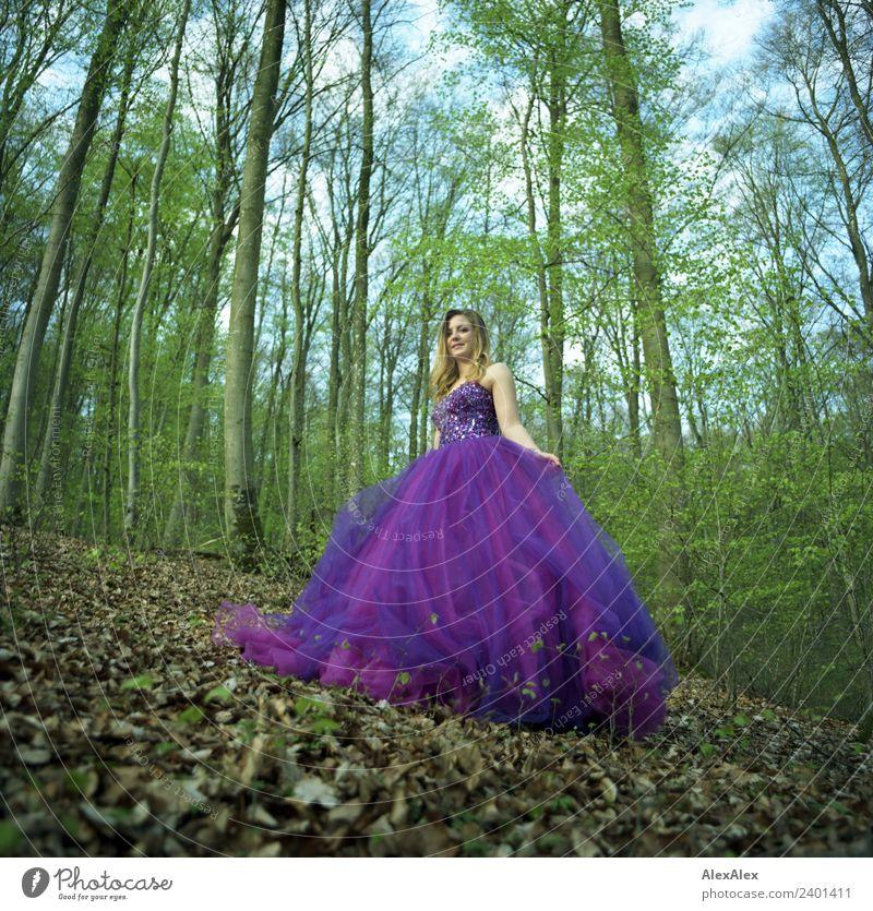 Fee in lila Brautkleid im Wald 5 - Lila Laune Waldfee Natur Jugendliche Junge Frau Stadt schön Landschaft Baum Blatt 18-30 Jahre Erwachsene Lifestyle Stil