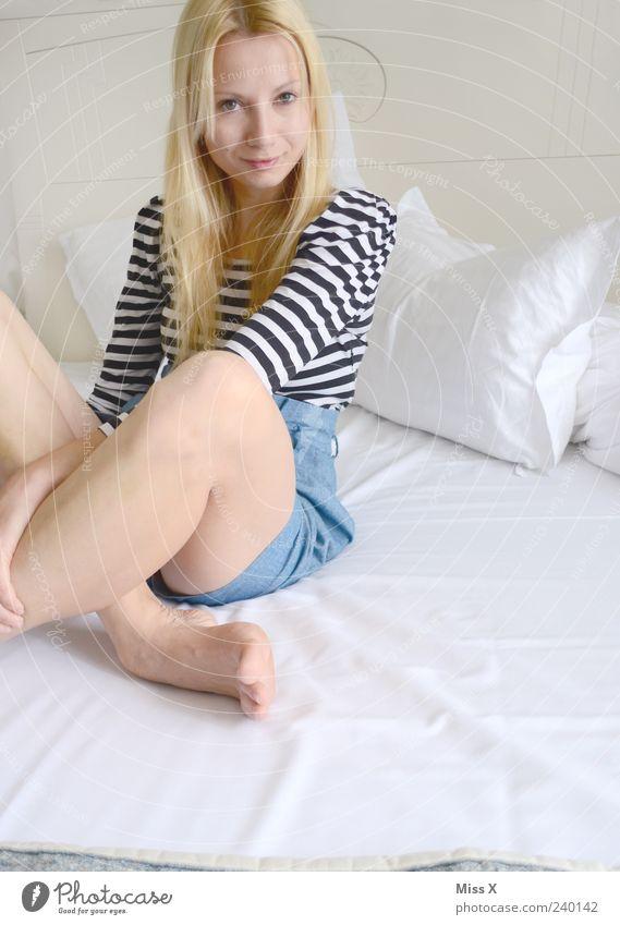 Lieblingskleid Nr. 2 Mensch Jugendliche weiß schön Erwachsene feminin Haare & Frisuren Beine Junge Frau blond sitzen 18-30 Jahre Bett Lächeln langhaarig Shorts
