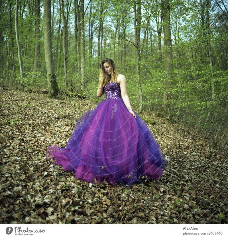 Fee in lila Brautkleid im Wald 4 - Lila Laune Waldfee Natur Jugendliche Junge Frau Stadt schön Landschaft Baum Blatt ruhig 18-30 Jahre Erwachsene Lifestyle