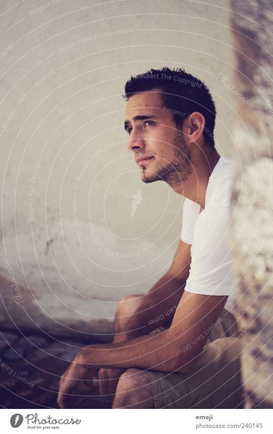 und was bleibt am Schluss? Mensch Jugendliche schön Erwachsene Wand Mauer Fassade Arme sitzen Junger Mann maskulin 18-30 Jahre nachdenklich T-Shirt Bart